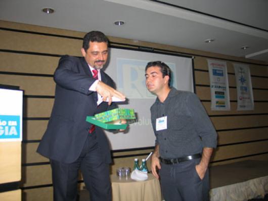 Sérgio Ricardo, da Chemyunion, sorteia brindes